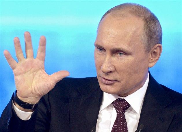 Ruský prezident Vladimir Putin odpovídá na otázky diváků ve vysílání ruské...