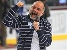 EUFORIE. Trenér hokejistů Komety Brno Vladimír Kýhos emotivně slaví postup přes Spartu do finále extrraligy.