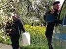 Kriminalisté ohledávají místo podél ulice K Netlukám v pražské Uhříněvsi, kde byla nalezena těla dvou mrtvých mužů (11.4.2014)