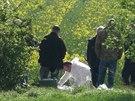 Kriminalisté ohledávají místo podél ulice K Netlukám v pražské Uhříněvsi, kde byla nalezena těla chlapce a staršího muže (11.4.2014)