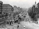 1930: Sochu sv. Václava na Václavském náměstí objíždějí z obou stran tramvaje