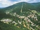 Pohled na Janské Lázně. Za obcí lanovka na Černou horu, vlevo dole komplex dětské léčebny Vesna
