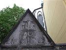 Gotický reliéf zpodobňuje Jana Lucemburského a Elišku Přemyslovnu.