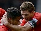 JÁ TĚ ZBOŽŇUJU! Steven Gerrard (vpravo) se raduje z vítězného gólu Philippeho Coutinha.