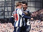 DOBRÁ PRÁCE. Liam Ridgewell (vpravo) z West Bromwiche gratuluje českému útočníkovi Matěji Vydrovi ke gólu do sítě Tottenhamu.