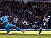 Český útočník Matěj Vydra ve službách West Bromwiche (vpravo) překonává brankáře Tottenhamu.