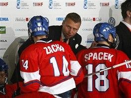 Kou� �esk� hokejov� osmn�ctky Jakub Petr ud�l� pokyny sv�m sv��enc�m.