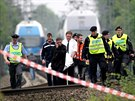 Zaměstnanci pohřební služby odnáší tělo Ivety Bartošové (29. dubna 2014)