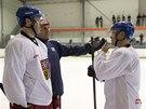 KOUČ A HVĚZDY. Trenér hokejové reprezentace Vladimír Růžička si povídá na pondělním tréninku s Jaromírem Jágrem (vlevo) a Jiřím Hudlerem.