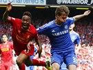 POPRVÉ V ZÁKLADU. Obránce Tomáš Kalas z Chelsea (vpravo) úspěšně brání Raheema Sterlinga z Liverpoolu.