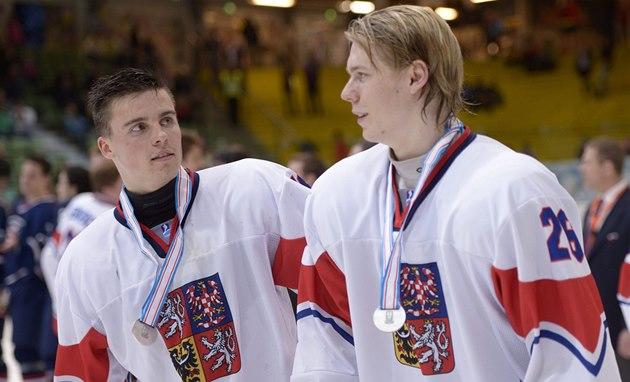 �e�tí hokejisté Michael �pa�ek (vlevo) a Filip Chlapík po prohraném finále