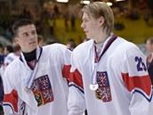 Čeští hokejisté Michael Špaček (vlevo) a Filip Chlapík po prohraném finále mistrovství světa hráčů do 18 let.