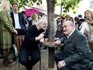 Architekt Bo�ek ��pek a n�kdej�� ��f diplomat� Karel Schwarzenberg p�i odhalen� lavi�ky V�clava Havla na Malt�zsk�m n�m�st� v Praze (1. kv�tna 2014)