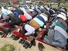 Muslimové se rozhodli na protest proti policejnímu zásahu v Islámské nadaci v Praze pomodlit pod širým nebem poblíž ministerstva vnitra na Letné. Nelíbí se jim použití síly a načasování zatýkací akce, která je údajně poškodila. (2. května 2014)