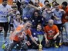 SPRCHA PRO TRENÉRA. Házenkáři Plzně slaví zisk mistrovského titulu, trenér Martin Šetlík schytal lázeň šampionů.