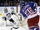 Martin St. Louis z New York Rangers st��l� na branku pittsbursk�ho Marka-Andreho Fleuryho.