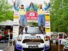 Václav Pech a Petr Uhel se radují z triumfu v českokrumlovské rallye, druhého závodu mezinárodního mistrovství ČR v automobilových soutěžích.
