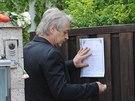 Josef Rychtář vyvěsil na dveře domu v Uhříněvsi parte zpěvačky Ivety Bartošové (5. května 2014).