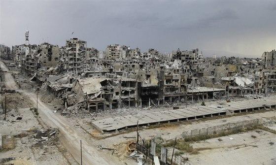 Rozstřílené domy v Homsu, bývalém domově Amara a jeho rodiny.