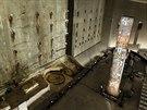 PŘEŽILY. V muzeu je k vidění i část zdi, která chránila základy WTC před vodou z řeky Hudson. Z posledního pilíře, který byl vytažen z trosek, se stal jakýsi totem posetý značkami policejních okrsků, hasičských stanic a dalšími vzkazy.