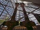 SYMBOL ZKÁZY. Trosky hasičských vozů i schody, po nichž řada lidí prchla do bezpečí. Téměř třináct let po teroru otevírají Američané hluboko v podzemí někdejšího Světového obchodního centra (WTC) muzeum věnované památce obětí z 11. září 2001. Na snímku jsou torza vnějších pylonů WTC.