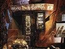 ARTEFAKTY. V muzeu jsou dvě expozice. První z nich je poctou lidem zabitým 11. září 2001 a také šesti obětem bombového útoku u budovy z 26. února 1993. Druhá vypráví příběh teroristického útoku z 11. září. Na snímku jsou artefakty, které se nalezly v troskách WTC.