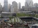 MÍSTO TERORU. Muzeum 11. září 2001 stojí na prostranství, kde kdysi stávaly věže Světového obchodního centra. Na snímku je to budova vlevo. Vpravo je památník po zřícených věžích WTC, který byl otevřen už v roce 2011 - na desáté výročí od útoků. (15. května 2014)