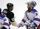 VŠECHNO ZLÉ ZAPOMENUTO? Brankář New York Rangers Henrik Lundqvist si po skončení série s Pittsburghem třese rukou se Sidneym Crosbym. Po kontroverzi v předchozím zápase musel gólman platit pokutu.