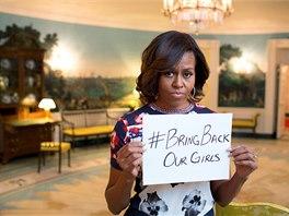 K twitterové kampani za osvobození unesených školaček se připojila i Michelle Obamová (7. května 2014)