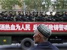 V ujgursk�m hlavn�m m�st� Urum�i mnohdy hl�dkuj� polovojensk� jednotky.