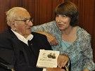 Barbara Wintonov� se sv�m otce, Sirem Nicholasem, 19. kv�tna 2014 u p��le�itosti jeho 105. narozenin v s�dle �esk�ho velvyslanectv� v Lond�n�. Winton dr�� v ruce knihu, kterou jeho dcera napsala o jeho �ivot�.