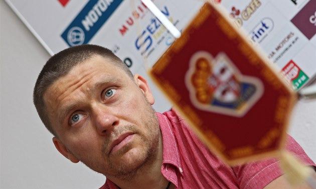 Hokejista Marek Melenovský po podpisu smlouvy s Jihlavou.