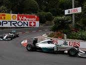 Nico Rosberg (vpravo) a Lewis Hamilton v mercedesech ovládli Velkou cenu Monaka.