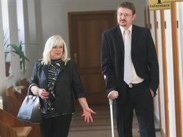 Obh�jkyn� Petra Kramn�ho Jana Rej�kov� a st�tn� z�stupce V�t Legersk� na chodb� Okresn�ho soudu v Karvin�. (26. kv�tna 2014)