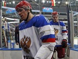 Ruský hokejista Jevgenij Malkin opouští arénu v Minsku.