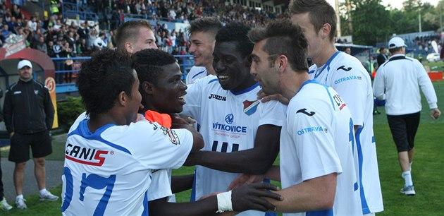 Ostrav�tí fotbalisté se radují z gólu do sít� Slavie, v oble�ení spoluhrá�� je...
