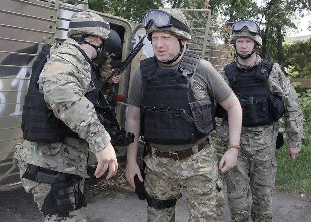 Ukrajinský prozatimní prezident Oleksandr Turčynov (uprostřed) je na inspekci...