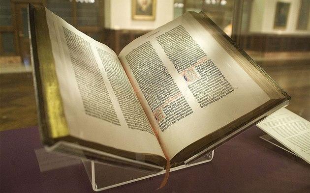 První Gutenbergova bible vy?la v roce 1454. Má se za to, ?e celkem v díln? na