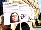 Protest na podporu předsedkyně Energetického regulačního úřadu Aleny Vitáskové u brněnského krajského soudu, který prověřuje machinace s udělováním licencí pro fotovoltaické elektrárny.
