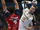 Český házenkář Filip Jícha v dresu Kielu střílí ve finále Ligy mistrů přes obranu Flensburgu, brání ho Tobias Karlsson.