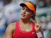 HOLKA COPATÁ. Kanadská tenistka Eugenie Bouchardová si upravuje vlasy během semifinále Roland Garros.
