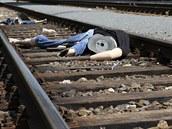 Trosky figurín rozeseté v kolejích po ukázkce následků  střetu vlaku s člověkem na odstavném nádraží Praha - jih.