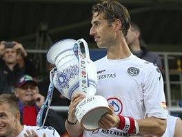 Libor Došek, kapitán Slovácka, převzal od fanoušků pohár za symbolický triumf mezi moravskými kluby.