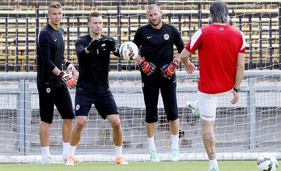 Brankáři Sparty v akci s trenérem Pavlem, Srníčkem. Matej Vozár (zleva), Marek Štěch a  David Bičík.