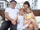 Petr Janda s rodinou: man�elkou Alic� a dcerami Ane�kou a Roz�ri�