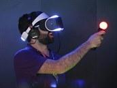 HRY BUDOUCNOSTI. Jordan Saleh zažívá zcela nový herní zážitek při testování systému virtuální reality Project Morpheus od společnosti Sony. Prezentace nového systému proběhla na videoherním výstavě E3 v Los Angeles.