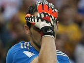 CO SE TO DĚJE? Španělský brankář Iker Casillas se drží za hlavu poté, co od Chilanů inkasoval druhý gól.