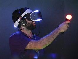 HRY BUDOUCNOSTI. Jordan Saleh za��v� zcela nov� hern� z�itek p�i testov�n� syst�mu virtu�ln� reality Project Morpheus od spole�nosti Sony. Prezentace nov�ho syst�mu prob�hla na videohern�m v�stav� E3 v Los Angeles.