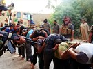 Snímky, které islamisté zveřejnili 14. června, ukazují zajatce, kteří měli být o několik hodin později popraveni.