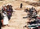 Snímky, které islamisté zveřejnili 14. června, ukazují zajatce během popravy.